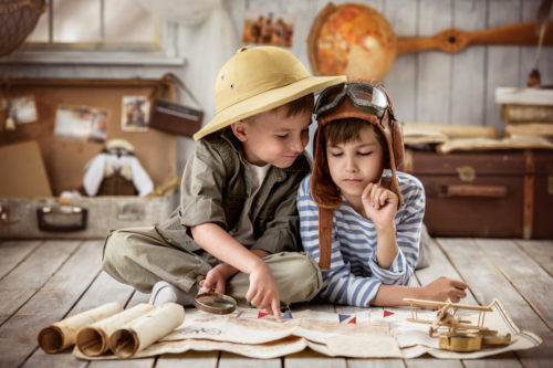 Zwei Jungen studieren interessiert historische Karten